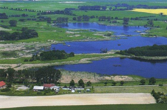 Blick aus Südosten über die flach überstauten Langenhägener Seewiesen (Bild mit freundlicher Genehmigung © Demmler Verlag)