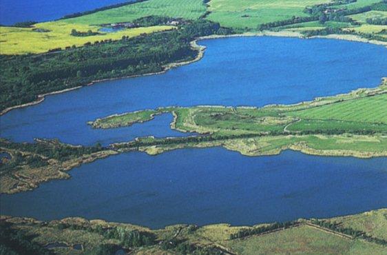 Blick von Südwesten, im Hintergrund die Ostsee (Bild mit freundlicher Genehmigung (c) Demmler Verlag)
