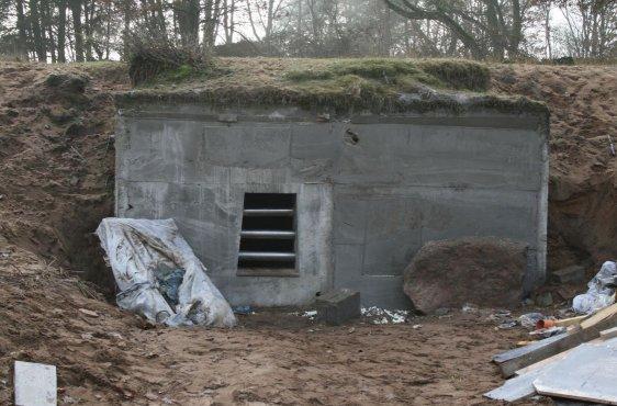 Bunker kurz nach der Fertigstellung. Hier wurde statt einer Tür eine feste Vergitterung eingebaut. So ist das Quartier für kälteliebende Arten interessant, aber dennoch im hinteren Bereich innen frostsicher. Prädatoren haben dennoch keinen Zugang.