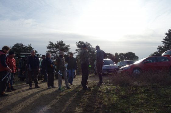 Die Helfer am Treffpunkt auf dem Parkplatz vor dem Arbeitsbeginn