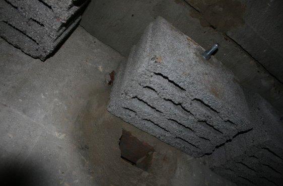 Auch Ritzen und Fugen in der Decke und an der Wand innen dienen den Fledermäusen als Überwinterungsmöglichkeit
