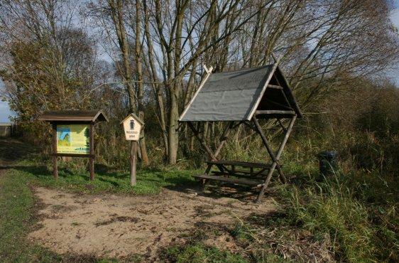 Rastplatz für Wanderer mit Schautafel im zugänglichen Bereich vor dem Weg zum Großen Schwerin