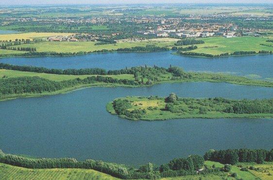 Der Gutower See von Süden mit Burgwall, am linken Bildrand die Schöninsel (Bild mit freundlicher Genehmigung © Demmler Verlag)
