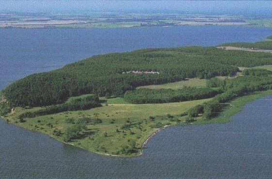 Blick von Süden, im Vordergrund das unbewaldete Höftland (Bild mit freundlicher Genehmigung © Demmler Verlag)